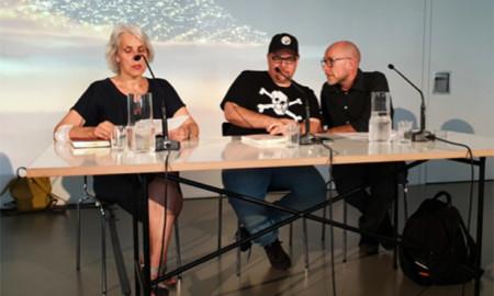 A la izquierda la crítica de literatura Katharina Döbler, el escritor Antonio Ortuño y el intérprete Carstens Hinz.