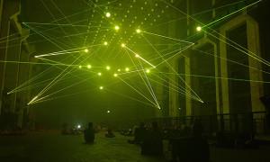 Un día entre semana, el público disfrutando de las luces de Deep Web. Foto: Angélica Aguilar